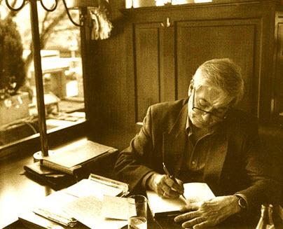 Vargas Llosa escribiendo