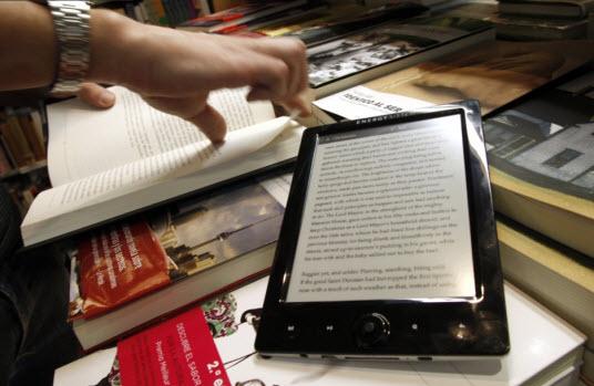 lector digital en una librería de España