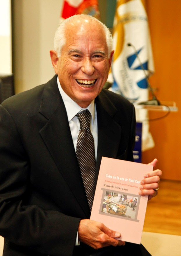 """Durante la presentación se extendió una carcajada general cuando el Dr. Carmelo Mesa Lago anunció que """"Cuba en la era de Raúl Castro"""" sería su último libro"""