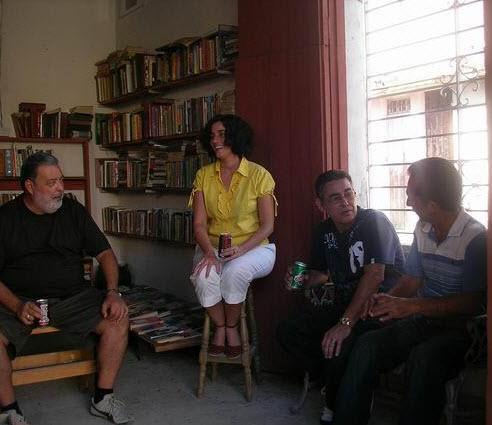 """Lorenzo Lunar, Rebeca Murga y Sindo Pacheco en la librería """"La pieda Lunar"""""""