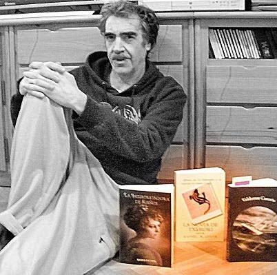 Rafael R. Costa, con tres de  sus novelas