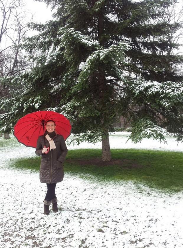 """Maribel Cecilia García escribió a Antonia:NIEVA EN MADRID... y no he podido resistir la tentacion de bajar de la ofi al Parque del Retiro, y con el paraguas rojo que me regalo mi amiga Gemita!!!! gracias a Antonia J Corrales que me hizo """"mujer de agua"""""""