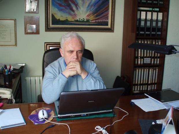 """El escritor y guionista Luis Murillo predijo un Papa argentino. La novela """"La púrpura negra"""" tiene también muchas otras """"coincidencias"""" con la vida real."""
