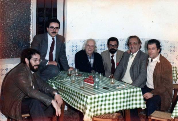 Antonio Lagares,  el primero a a la derecha en Cádiz, junto a Rafael Alberti, Rafael Duarte y otros escritores. Circa: 1981
