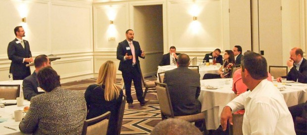 Rogelio Rodriquez impartiendo una conferencia en Hyatt Regency Coral Gables.
