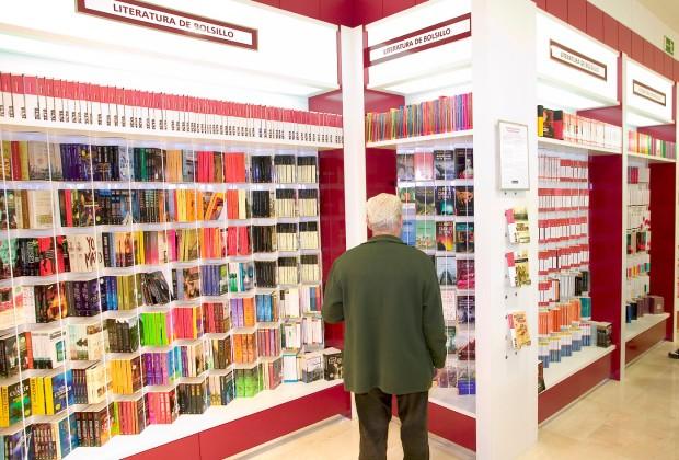 Más del 50% de las ventas se hacen en las grandes librerías en cadena. En la foto: lector en El corte inglés.