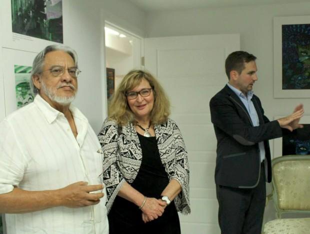 De izquierda a derecha: el escritor Juan Felipe Benemelis, Marlene Moleon de Eriginal Books y Rex Czuba de Amazon. Durante un encuentro con autores y editoriales