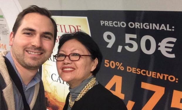 Rex Czuba junto a Blanca Miosi inaugurando una campaña de promoción de Amazon en el metro de Madrid
