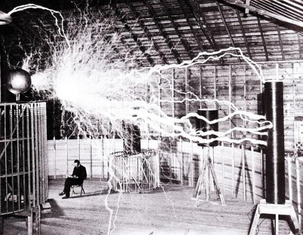 Esta bobina tesla provocó un apagón en Colorado Springs cuando esta foto fue tomada. Foto por Dickenson V. Alley, fotógrafo en Century Magazine.