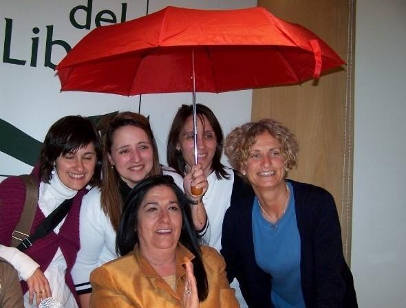 """Antonia Corrales con las primeras lectoras """"mujeres de agua"""": Montse, Paloma, Esther y Chus."""