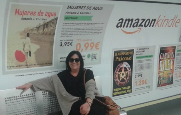 Antonia Corrales en el Metro de Madrid durante una campaña de promoción a los autores independientes