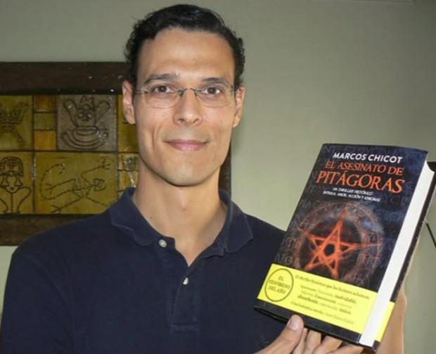 Marcos Chicot con una de las ediciones de EL ASESINATO DE PITAGORAS