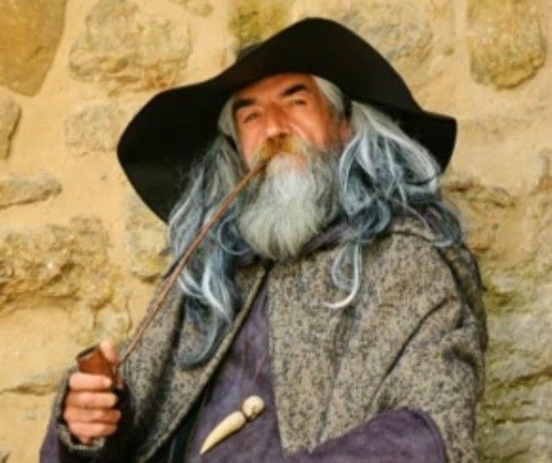 Un misterioso anciano que conduce a los Heredia a la única casa habitada en Loma Santa.